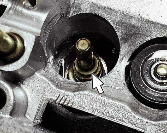 Спрессуйте маслосъемный колпачок с направляющей втулки клапана.