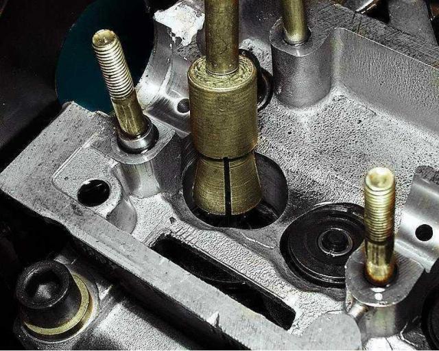 Для этого установите цангу приспособления для снятия маслосъемных колпачков на колпачок.