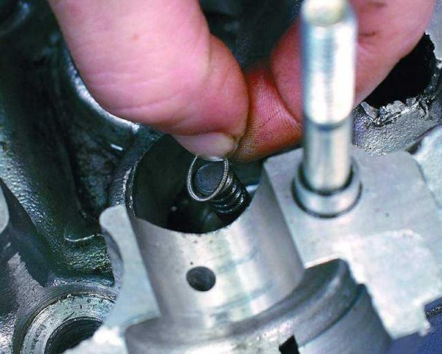 Установите на колпачок пружину, если ее снимали. Аналогичным образом замените остальные маслосъемные колпачки.