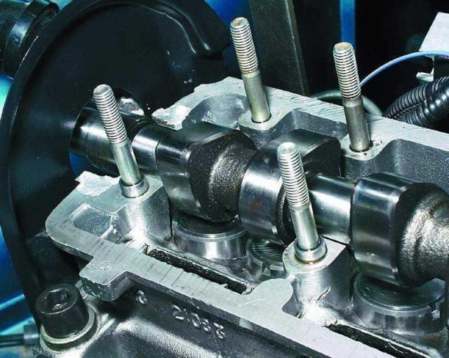 Установите распределительный вал в опоры головки блока так, чтобы кулачки 1-го цилиндра были направлены в сторону от толкателей клапанов.