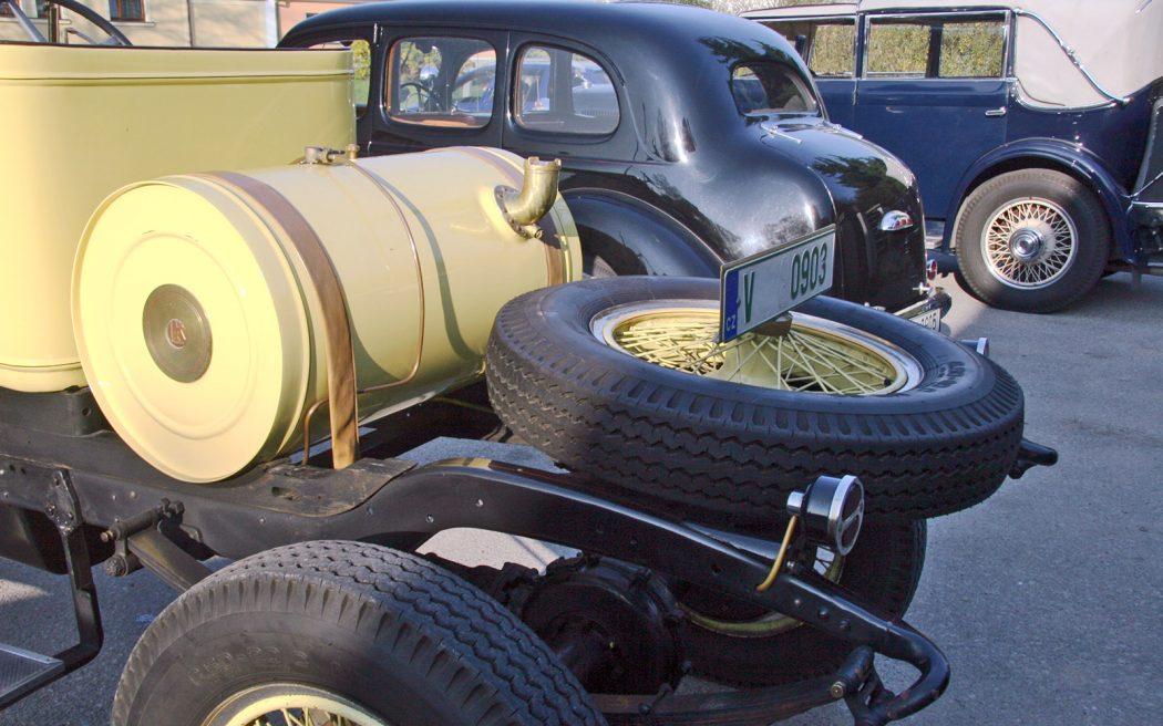 На переднем плане — бак гоночного автомобиля Laurin&Klement 300 1923 года. Горловина справа. Может быть, это оттого, что до Второй мировой войны в Чехии было левостороннее движение